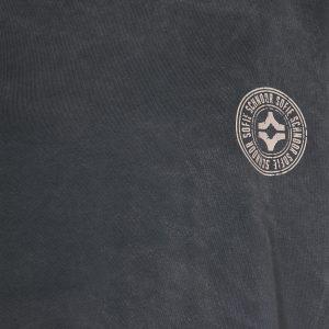 Logo auf grauem Sweater