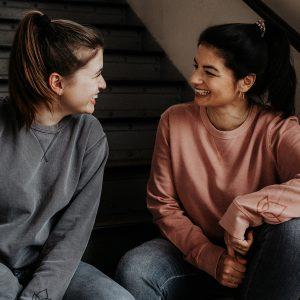 zwei Personen in Vintage Sweater grau und rosé
